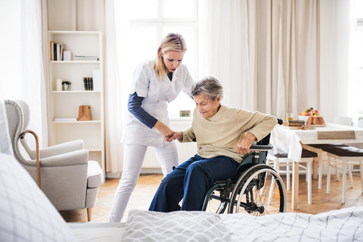 Troubles musculosquelettiques, lombalgies, chutes : 3 risques fréquents en EHPAD